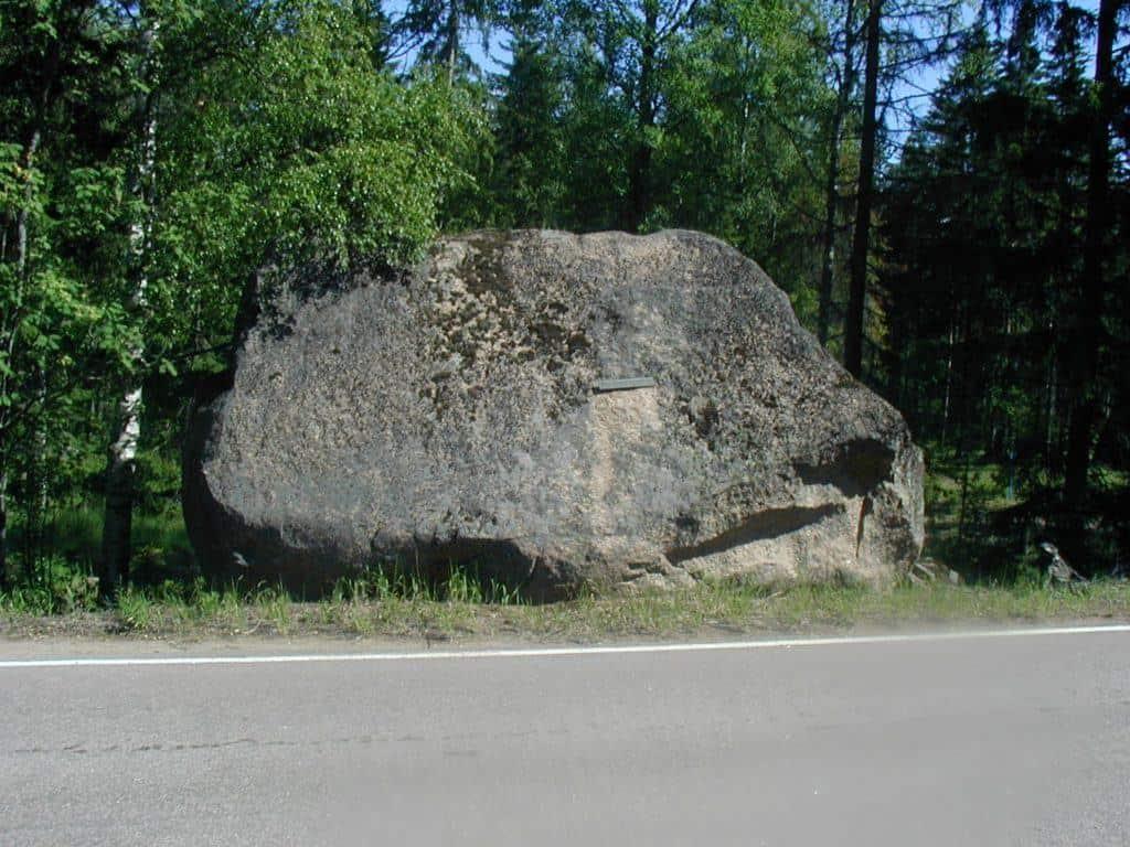 Kivessä oli kuparinen nimilaatta, mutta se irtosi ja seikkaili kivellä irronneena jonkin aikaa, kunnes katosi kokonaan. Tässä kuvassa laatta näkyy irrallaan kiven päällä keskellä. Kuva: Ilkka Ahmavaara