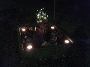 Ensimmäiset tulet sytytettiin Pyötsaaren risteykseen ja risteyksen taideteos muutti muotoaan.Kuva Mervi Hyppänen.