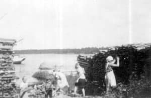 Virosta kuljetetun puutavaran lastausta Pyötsaaressa. Seija Tolsan arkisto.