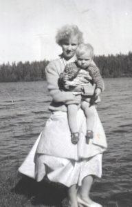 Äitini sylissään pikkusiskoni vuoden 1958 kesällä.