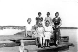 Pyötsaaren tyttöjä Väinö Malmin laiturilla. Seisomassa vasemmalta Leila Koponen, Eila Lommi ja Anja Malmi. Istumassa Maire Pihljerta, Seija Tolsa, Hilkka Malmi ja Vieno Malmi. Kuva kenties vuodelta 1937. Leila Koposen arkisto.