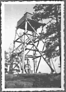 Ilmavalvontatorni Rakinvuorella jatkosodan aikaan (1941-45), todennäköisesti kesällä 1941. Seija Tolsan arkisto.