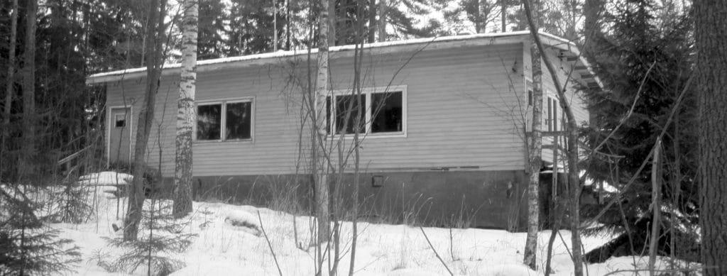 Asuintalomme kuvattuna helmikuussa 2015. Oikeanpuoleinen iso ikkuna oli olohuoneemme ikkuna.