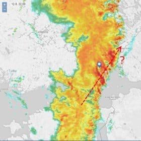 Klo 22:00. Sisällä ollaa ja pysytään, mennään ilmeisesti useammankin myrskykeskuksen läpi.