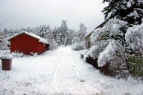 Keskiviikkona sähkökatkoksen aikaan otettu kuva Simonmäentieltä, märkää lunta oli noin 15-20 cm.