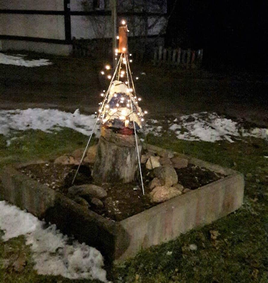 Valot ovat syttyneet iltahämärissä. Museotien ja Pyötsaarentien risteyksen taideteoksen jouluvalo 2017. Kuva Tarja Porkka