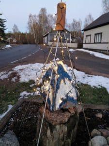"""Taideteos on valaistu. Lamppuja ei laitettu ihan alas, jätettiin """"lumivara"""""""
