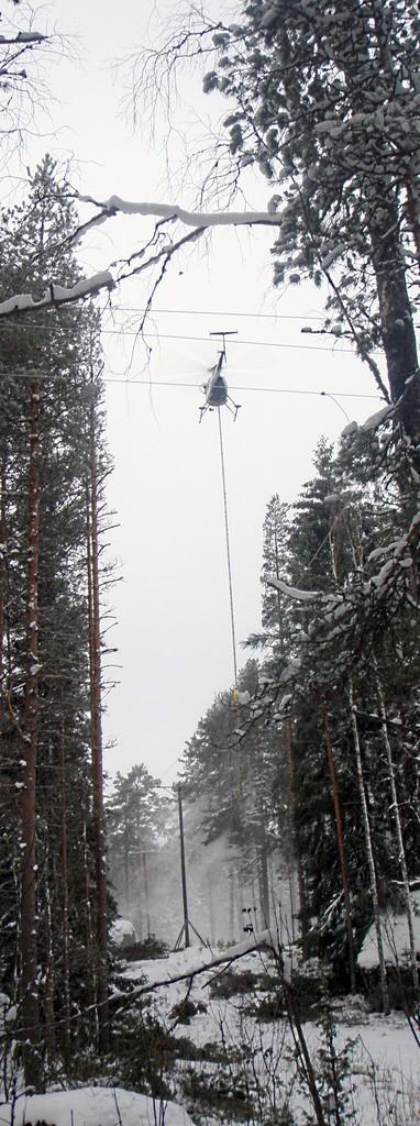 Sähkölinjojen perkausta helikopterista roikkuvalla moottorisahalla joulukuun 5. päivä 2012 Mäntlahdessa Simonmäellä. Valokuva Mervi Hyppänen.